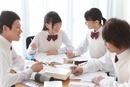 勉強する男女中高生4人