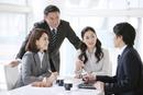 会議をするビジネスマンとビジネスウーマン4人
