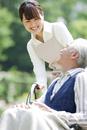 車椅子に乗るシニア男性と介護士