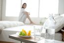 サイドテーブルの上の炭酸水と果物