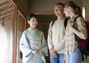 外国人観光客を案内する日本人女性