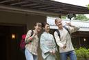 写真撮影する外国人カップルと日本人女性