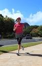ハワイでダイヤモンドヘッドを背にランニングする女性