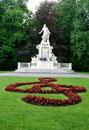 モーツァルトの像と庭園