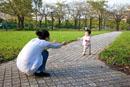 母と歩き始めた子供