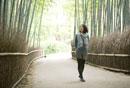 竹林の小道を散策する30代女性
