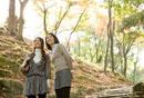 紅葉の中を散策する女性2人