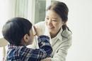 子供と話す笑顔の母親