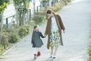 散歩をする笑顔の親子