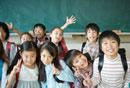 Vサインをする笑顔の小学生