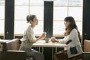カフェでくつろぐ女子大生二人