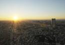 元旦の東京タワーから見る都会の夕日と富士山