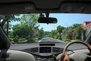 住宅街を走る車の運転席からの眺め