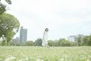 草原の中歩く若い女性