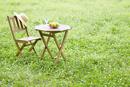 草原に置いたガーデンテーブルとイス