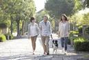 犬連れで散歩する中高年ファミリー
