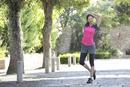 ジョギング前にストレッチをする30代女性