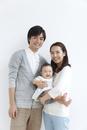 赤ちゃんのいる若い3人家族ポートレート