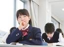 教室で勉強する中学生の授業風景