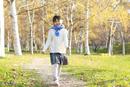 紅葉の中を歩く6歳の女の子