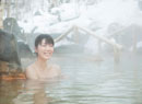 雪と露天風呂に入る20代女性