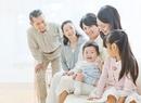 ソファーで団らんする三世代家族