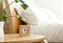 時計とベッド