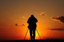 夕日を写すカメラマン