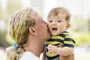 赤ちゃんにキスをする父親