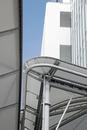 桜木町駅前ビル街に交差する様々な公共構造物