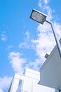 モダンな街路灯と白いビル
