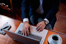 パソコンをする日本人ビジネスマンの手元