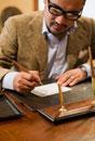 カウンターでサインをする日本人男性