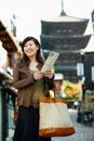 地図を持った日本人女性