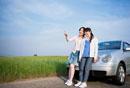 車にもたれる2人の日本人女性