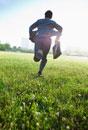 草原を走る日本人ビジネスマン