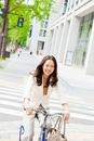 自転車に乗るビジネスウーマン