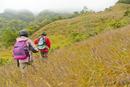 リュックを背負い山道を歩く男女