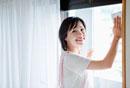 窓を拭く日本人女性