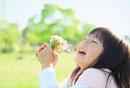 花束を持って笑う女の子
