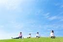 草原に座る日本人家族
