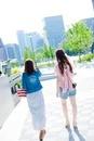 2人の日本人女性の後ろ姿