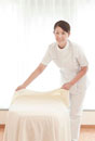 ベッドを整えるエステシャン