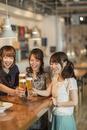 女子会で乾杯をする若い女性