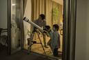 天体観測をする父親と子供たち