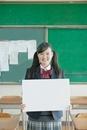 ホワイトボードを持つ笑顔の女子校生