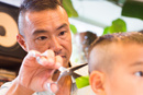 少年の髪をカットする美容師