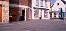 店の立ち並ぶ街角