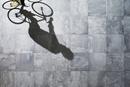 光が差し込む石の床を自転車で走る男性