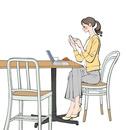 カフェでスマホやパソコンで仕事する女性